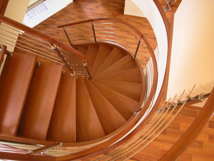ST4: Dřevěné točité schodiště s nerezovými doplňky
